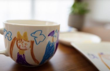 お皿やコップに絵を描いて思い出の記念食器作り。オーブンで簡単焼き付け