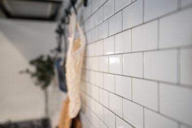 【賃貸でもOKセルフリノベーション】キッチン壁をタイルシールでオシャレに!簡単DIYインテリアウォール