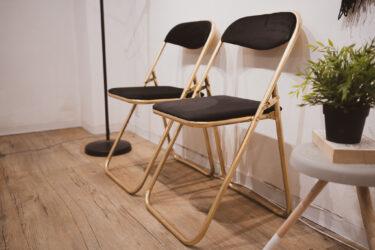 【パイプ椅子リメイク】DIYで折り畳み式の平凡な椅子をオシャレにする方法!張り替え&スプレーペイント・インテリア家具アレンジ